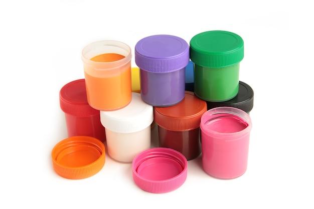 Set di vasetti di gouache colorati isolati su sfondo bianco. con copia spazio.