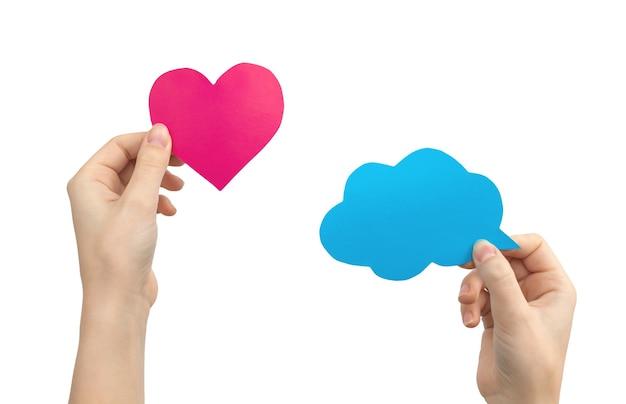 Set di fumetti colorati in mani femminili, forma di cuore e nuvola, messaggio di testo mockup, isolato su uno sfondo bianco foto