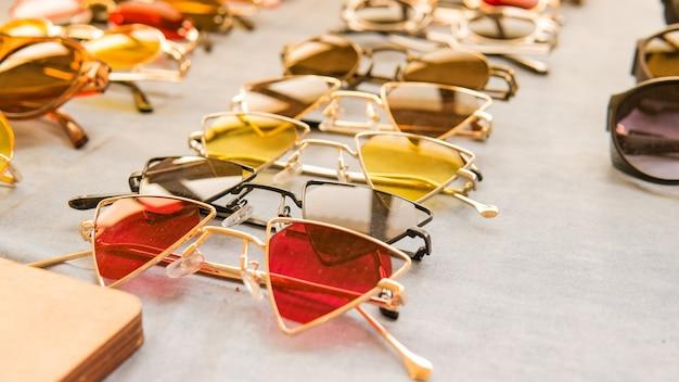 Set di occhiali da sole colorati in vendita in un negozio