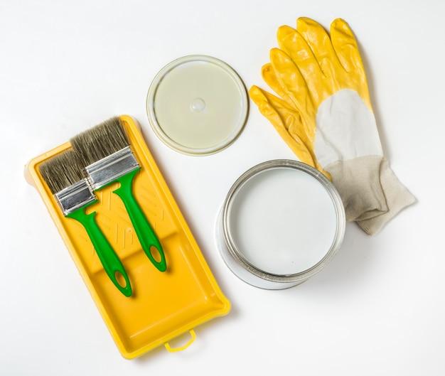 Un insieme di strumenti di costruzione per la pittura su uno sfondo bianco.