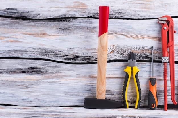 Set di strumenti di costruzione su fondo in legno