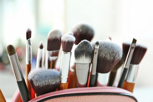 Set di pennelli cosmetici su luce sfocata