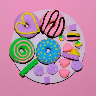Impostare ciambelle e dolci creativi. caramelle piatte minimal art