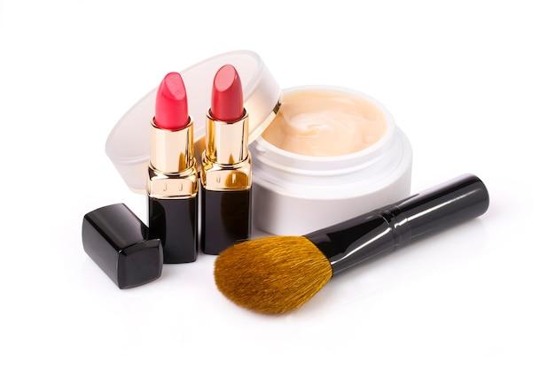 Set di cosmetici decorativi, primo piano isolato su bianco