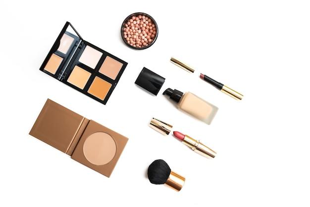 Set di cosmetici decorativi isolati su bianco. cipria, ombretto, rossetto, fard, crema