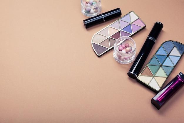 Set di cosmetici decorativi su sfondo di colore chiaro
