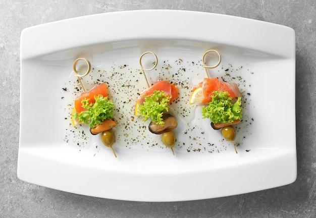 Set di deliziose tartine sul piatto, vista dall'alto
