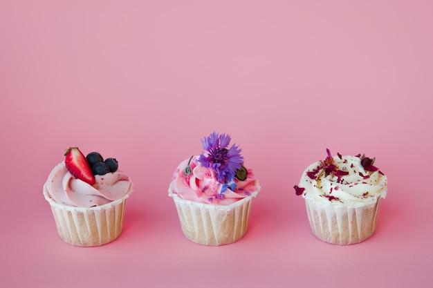 Set di deliziosi cupcakes con diversi ripieni e crema. tre muffin con panna