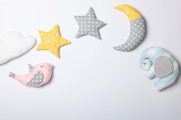 Set di diversi giocattoli per bambini su uno sfondo colorato vista dall'alto
