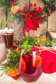 Set di diverse bevande natalizie in accogliente casa in legno con decorazioni natalizie