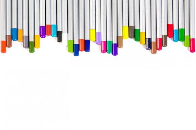 Insieme delle matite colorate differenti su bianco