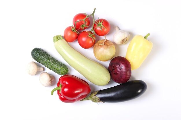 Set di diverse verdure fresche su uno sfondo bianco vista dall'alto