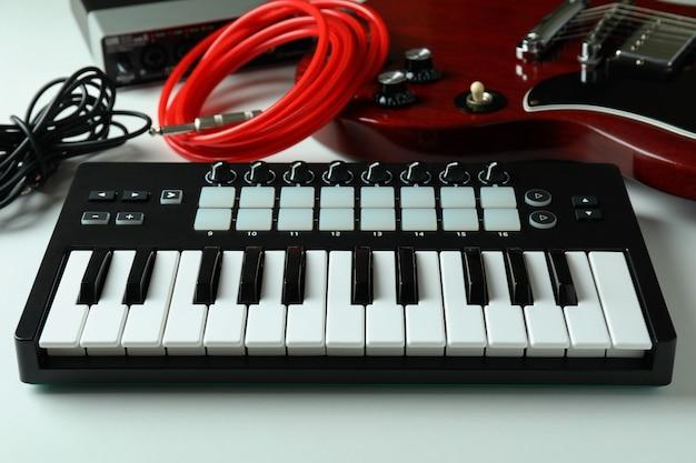Set di diversi strumenti musicali su sfondo bianco.
