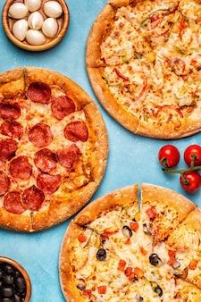 Set di diverse pizze - peperoni, vegetariano, pollo con verdure