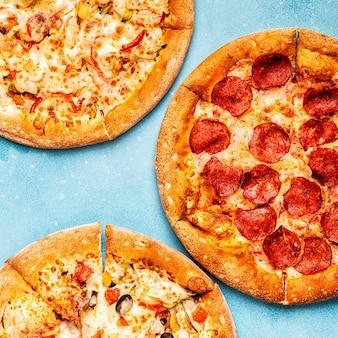 Set di diverse pizze ai peperoni, vegetariano, pollo con verdure