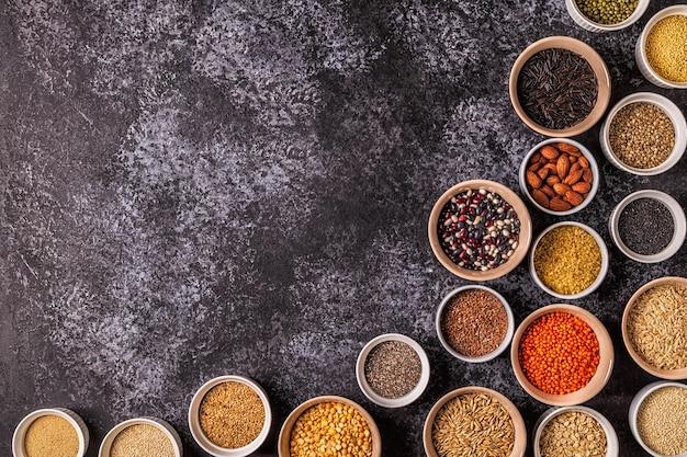 Set di diversi supercibi: fagioli integrali e semi di legumi e noci