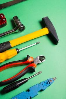 Set di diversi strumenti per l'ingegneria e la riparazione del concetto