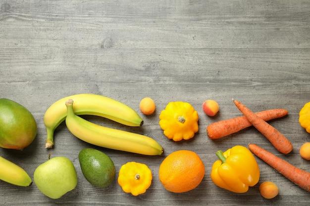 Set di diverse verdure e frutta su sfondo grigio strutturato