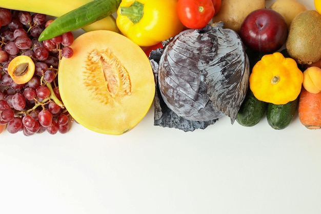 Insieme di diverse verdure e frutta su sfondo bianco
