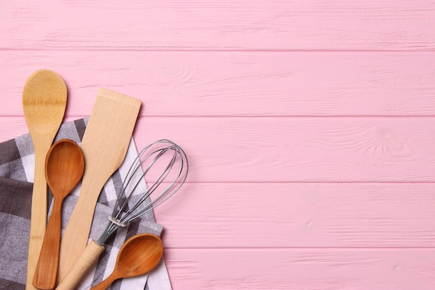 Set di piatti primo piano su uno sfondo colorato elettrodomestici da cucina