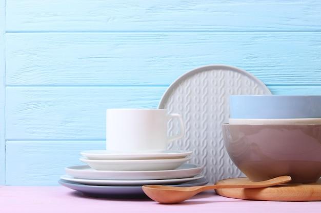 Un set di piatti e utensili da cucina su uno sfondo colorato