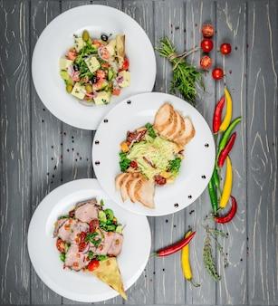 Set di piatti con insalate sul tavolo