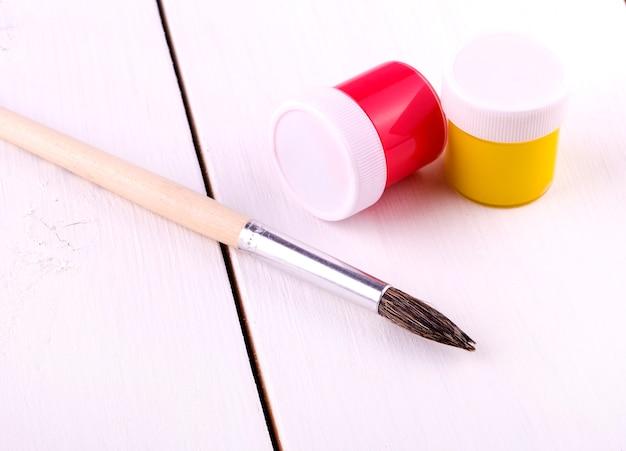 Set per disegnare su tavola di legno bianco