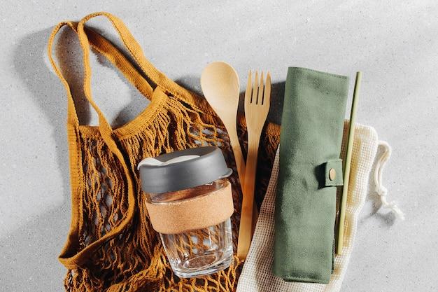 Set di posate in bambù ecologico, borsa ecologica e tazza da caffè riutilizzabile. stile di vita sostenibile. concetto senza plastica.