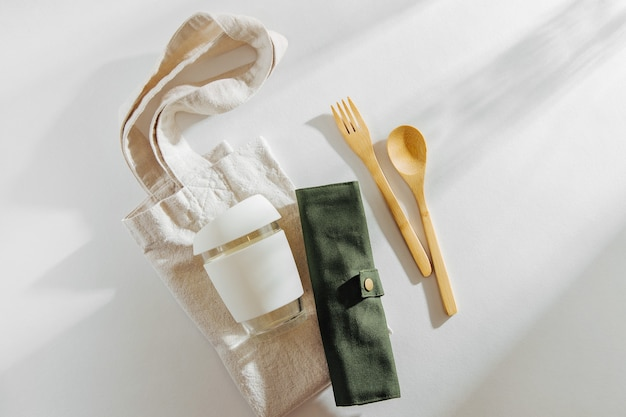 Set di posate in bambù ecologico, borsa ecologica e tazza da caffè riutilizzabile. stile di vita sostenibile
