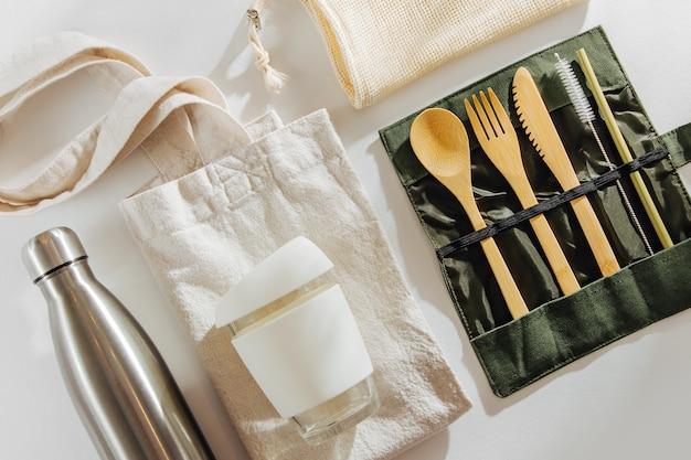 Set di posate in bambù ecologico, tazza da caffè riutilizzabile con borsa ecologica e bottiglia d'acqua.