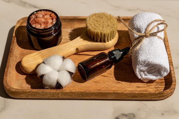 Set di accessori e cosmetici da bagno eco friendly spa con fiori di cotone su sfondo bianco. stile di vita sostenibile, concetto senza plastica.