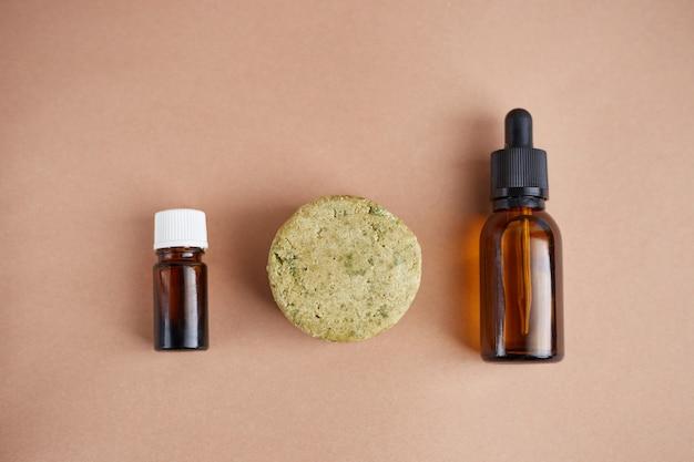Set di prodotti per la cura dei capelli eco. shampoo solido, olio essenziale e olio per capelli. cosmetici biologici. zero rifiuti, senza plastica.