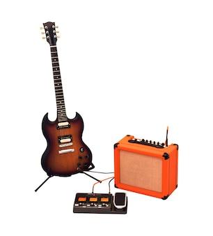 Set di chitarra elettrica, amplificatore combo e processore isolati su sfondo bianco