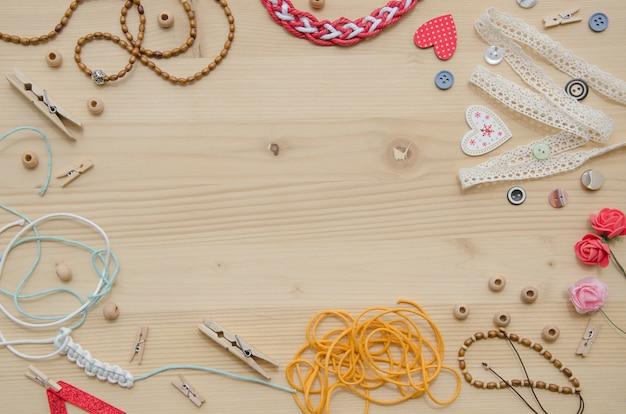 Set di elementi per l'artigianato e oggetti decorativi per fatti a mano su fondo di legno.