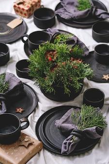 Set di piatti vuoti in ceramica nera lavorati a mano