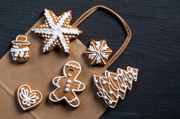 Impostare i biscotti festivi di capodanno su fondo di legno blu