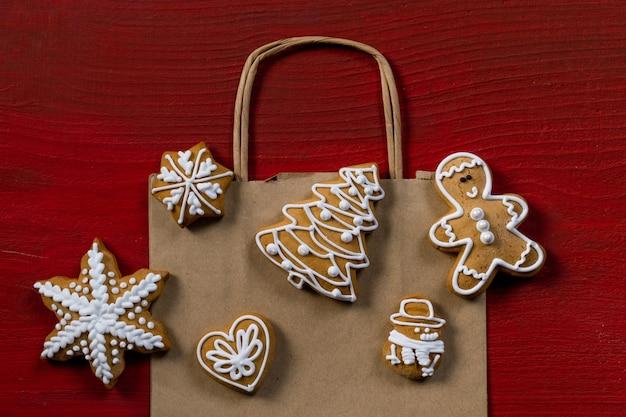 Impostare i biscotti festivi di capodanno su fondo di legno rosso