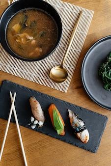 Un set di cibo sul tavolo