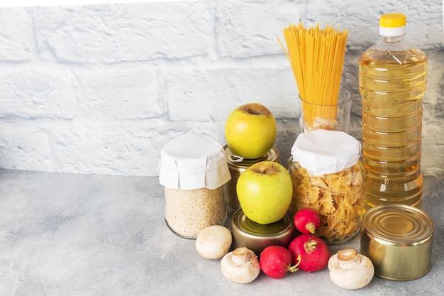 Set di olio vegetale alimentare, pasta di riso e verdure con frutta. cibo per donazione. copia spazio.