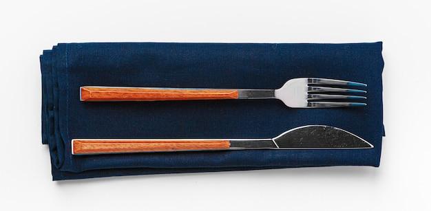 Set di forchetta e coltello su un asciugamano. isolato su sfondo bianco. avvicinamento.