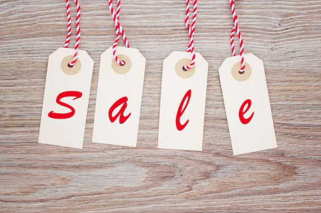 Set di quattro tag di vendita su fondo in legno
