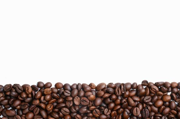 Set di chicchi di caffè tostati freschi isolati su sfondo bianco
