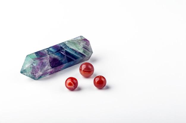 Set di pietre preziose cristallo di fluorite e corniola. roccia magica per rituali mistici, stregoneria e pratica spirituale. pietre naturali per attirare amore ed energia.