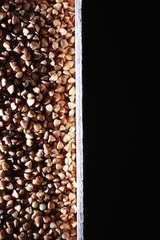 Un insieme di cereali di grano. riso, grano saraceno e semole di miglio in un vassoio di legno. un set di cereali per la spesa. importazione di grano.