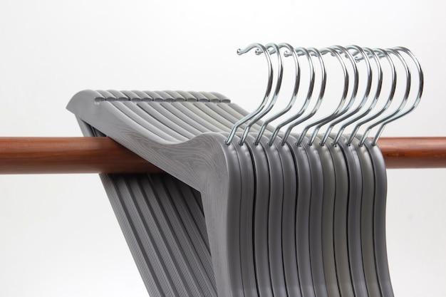 Set di grucce per abiti grigi.