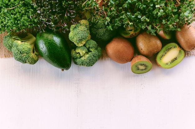 Insieme di verdure verdi per fare frullati per la colazione.