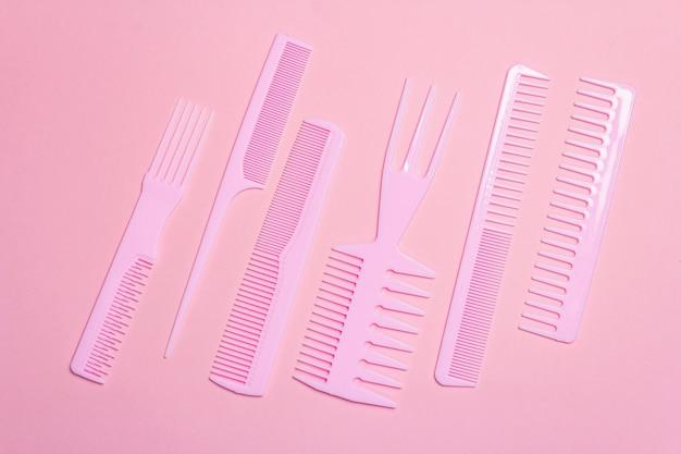 Set di pettini per capelli sul rosa. strumenti di decorazione professionali