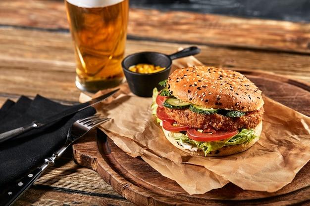 Set di birra hamburger e patatine fritte