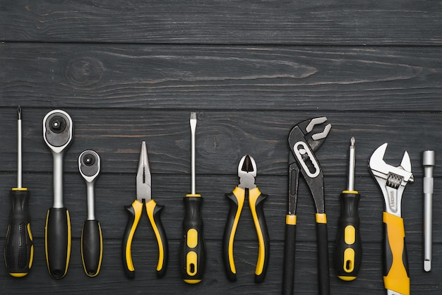 Set di utensili manuali. attrezzatura su fondo in legno