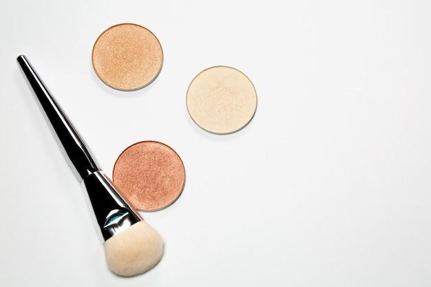 Set di evidenziatori con pennello cosmetico isolato su sfondo bianco